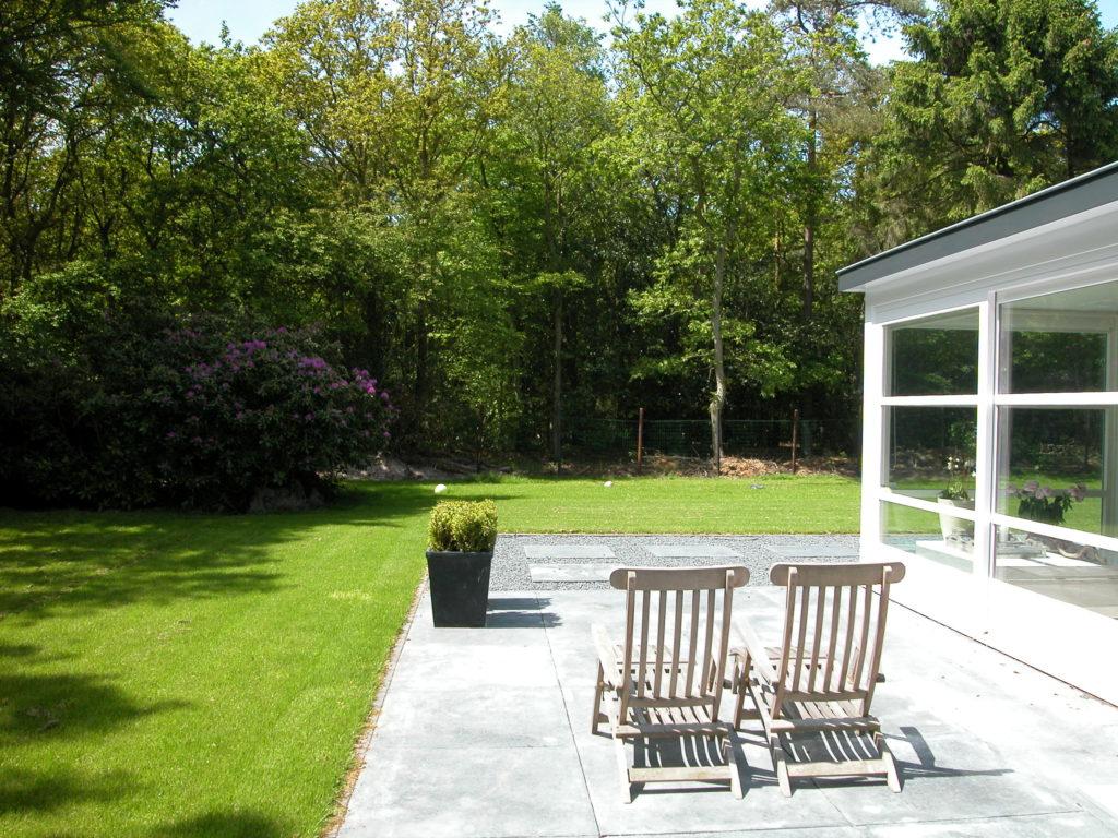 Uitzicht op de minimalistische tuin